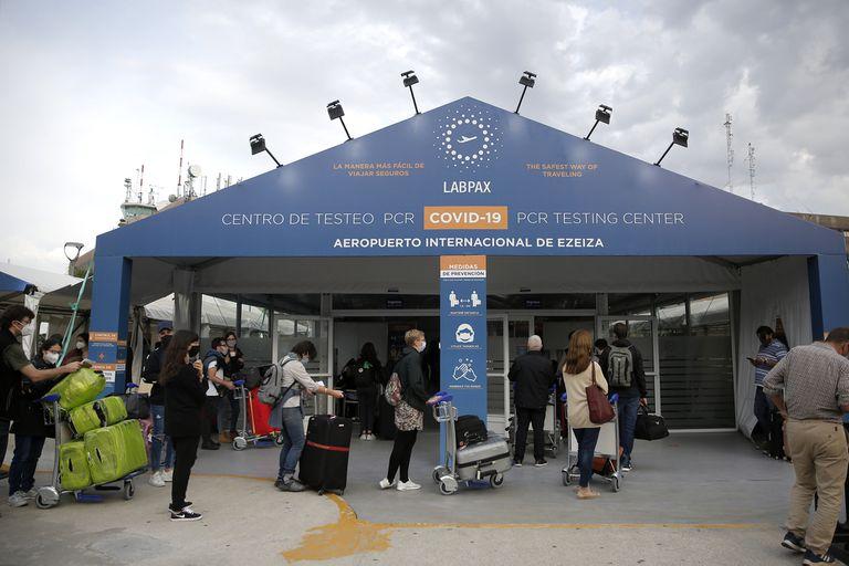 El control de las fronteras es una pieza clave para frenar el ingreso de nuevas variantes, pero los testeos en Ezeiza están sospechados