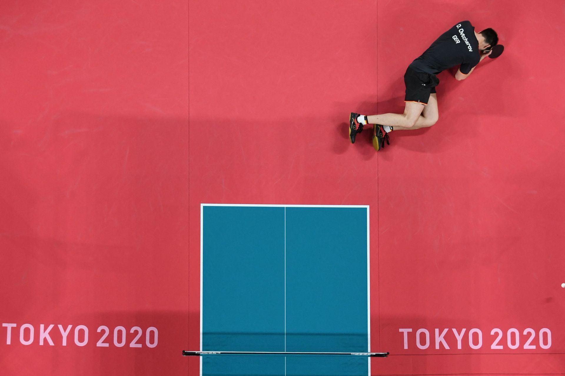 El alemán Dimitrij Ovtcharov cae ante Ma Long de China en las semifinales de tenis de mesa
