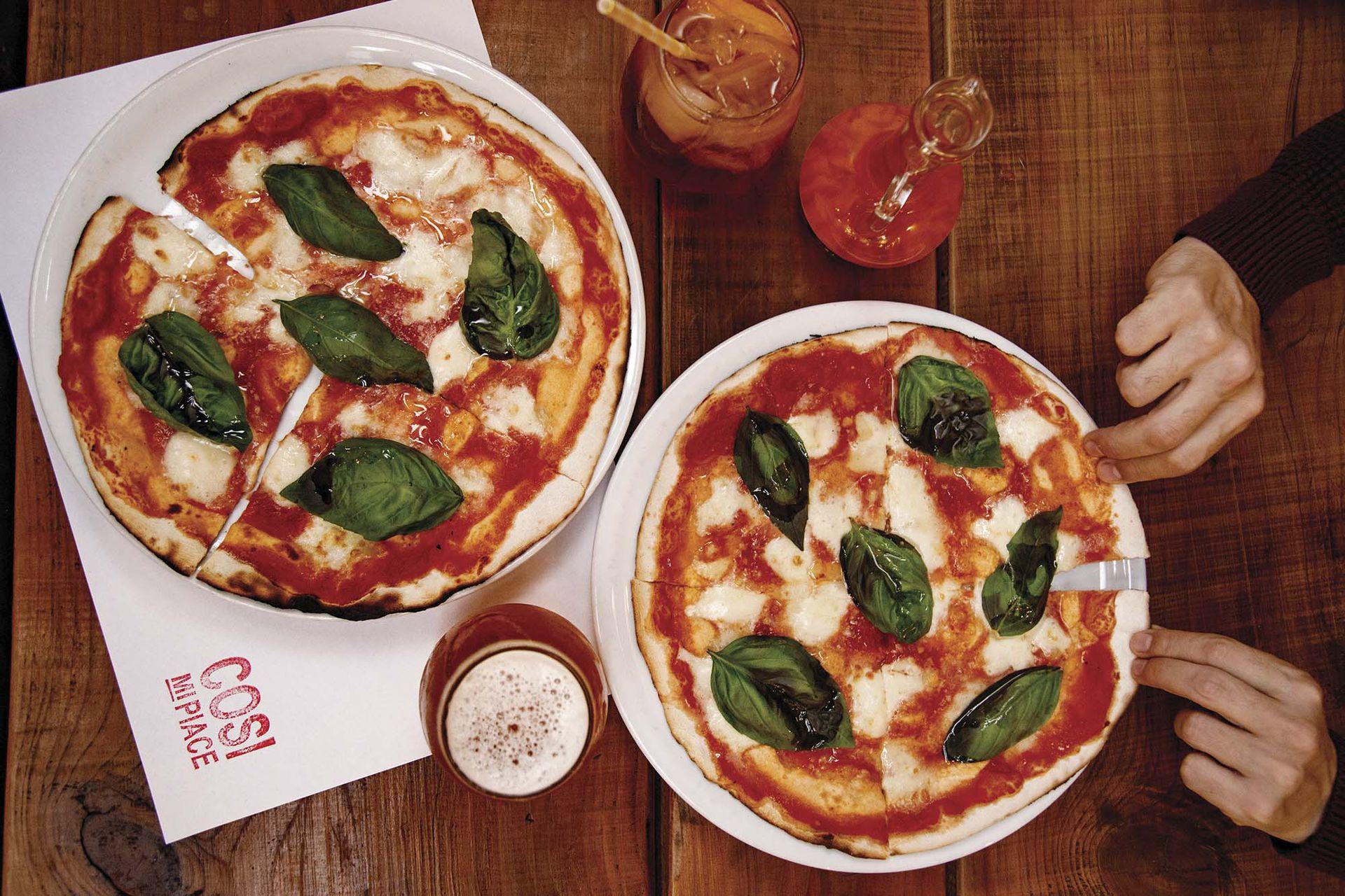 """Reina la pizza romana, que se diferencia de la napolitana por su masa crujiente y porque casi no tiene """"cornicione"""", o """"culito de la pizza""""."""