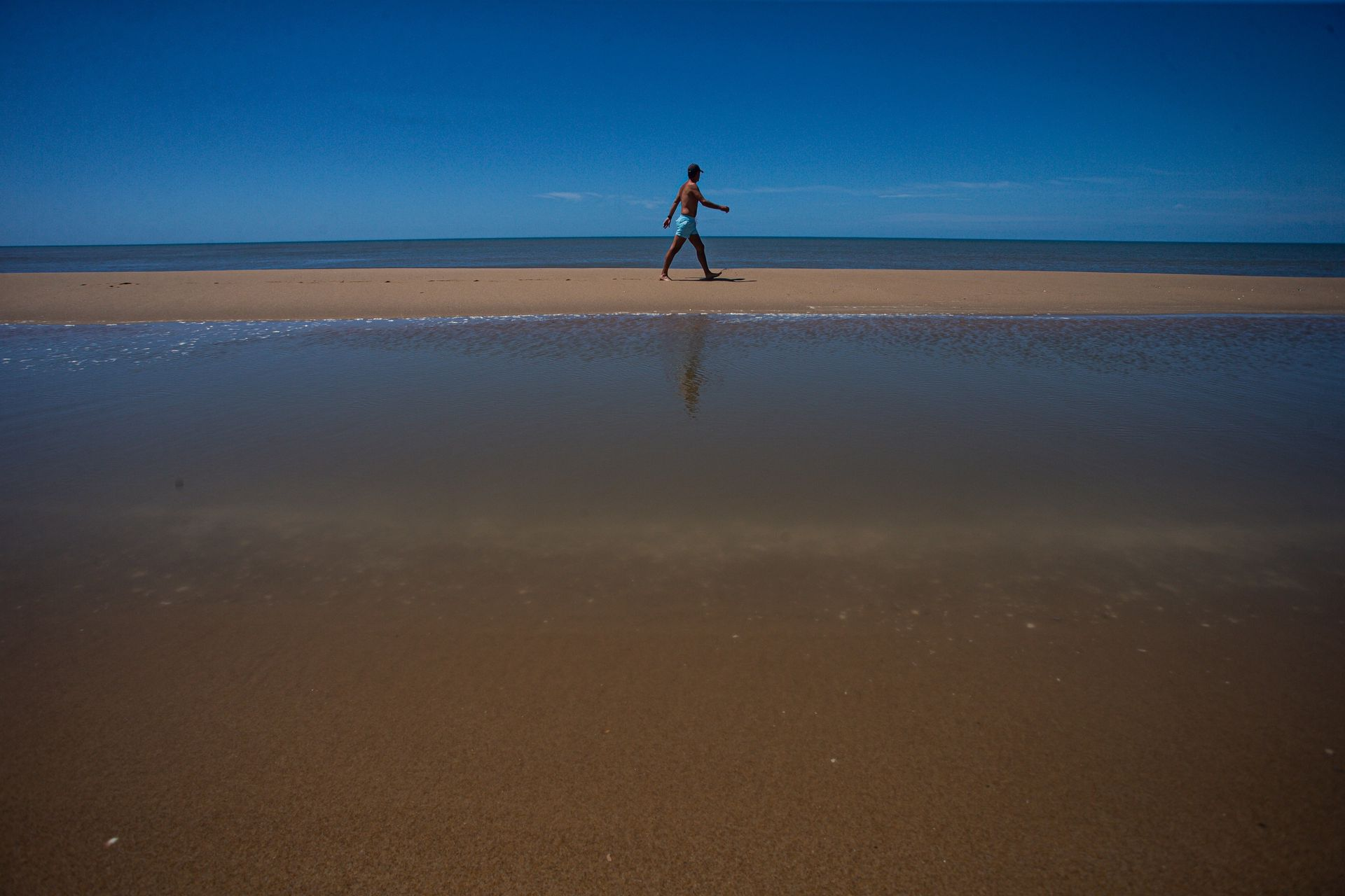 """La Laguna de Rocha se forman pequeñas """"piletas"""" con el agua de las olas cuando rompen."""