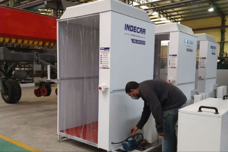 Los ingenieros de Indecar diseñaron un túnel sanitizador para poner en la entrada de la empresa y cuando los empleados ingresen pasen primero por ahí, antes de comenzar a trabajar.