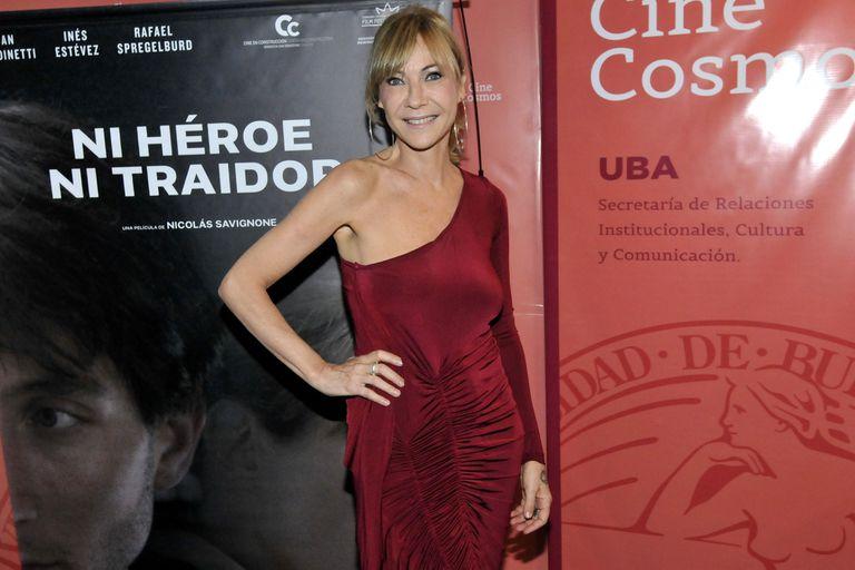 Inés Estévez, de rojo, en el estreno de su nuevo film, Ni héroe ni traidor