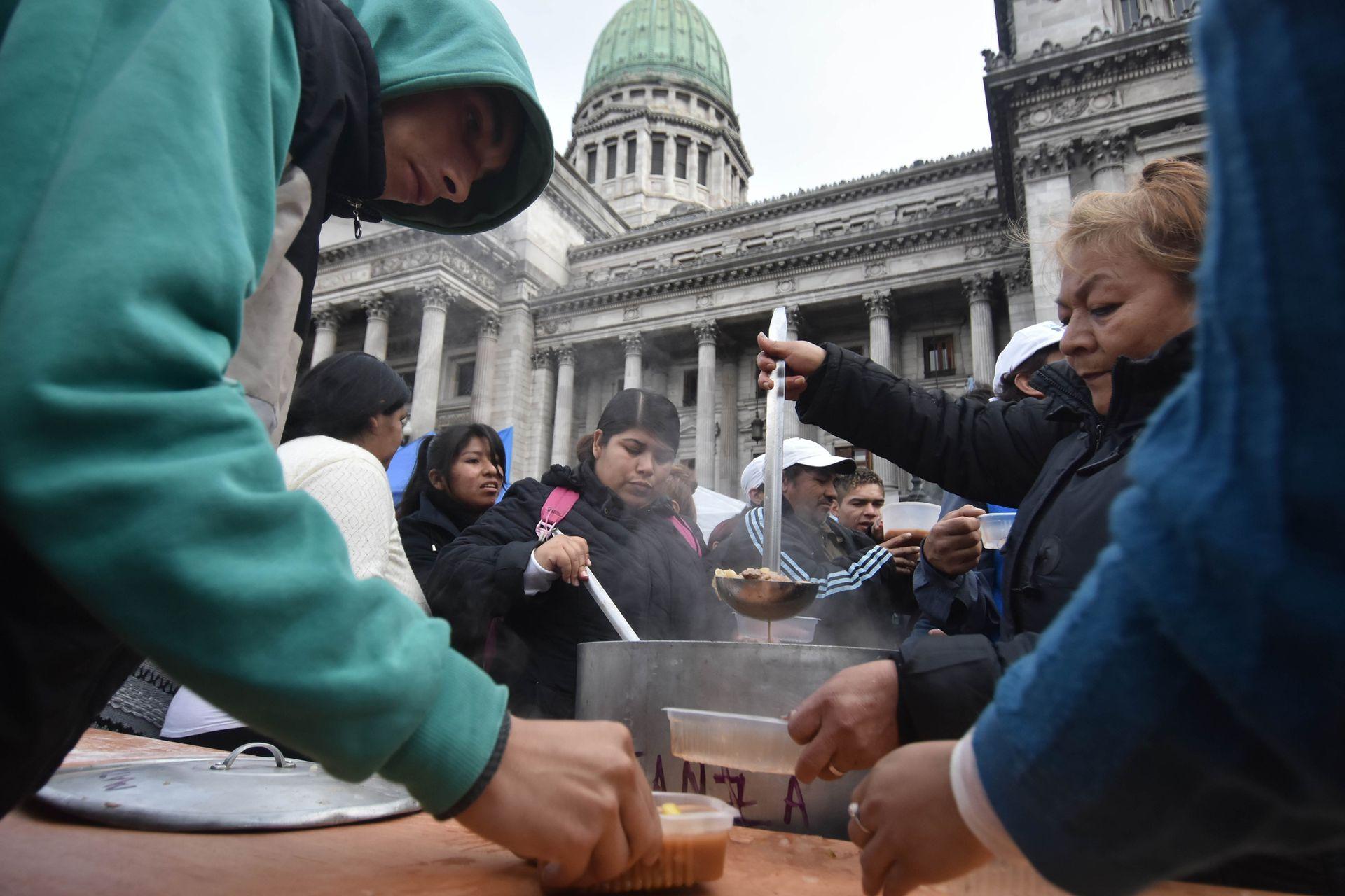 Barrios de Pie y otros movimientos reclaman frente al Congreso la sanción de una ley de emergencia alimentaria, en julio de 2017