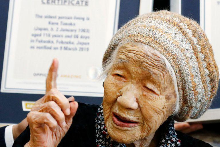 118 años. Pasó por un cáncer, guerras, pandemias y llevará la llama olímpica