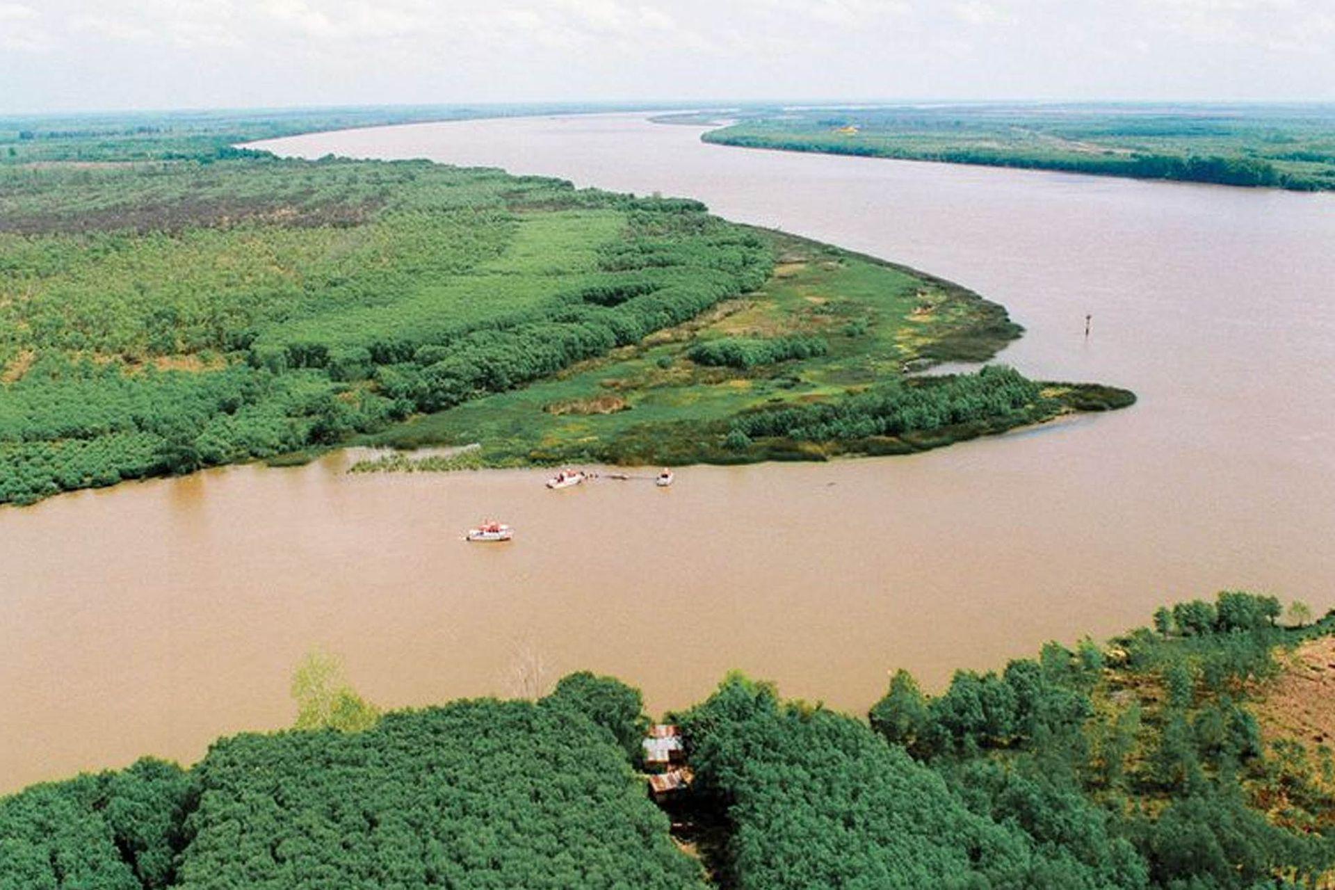 """""""No se puede vislumbrar una existencia sin el río. Por eso, el daño que le hacemos nos lo hacemos a nosotros mismos. El río es parte de nuestra identidad"""", dice José Vesprini."""