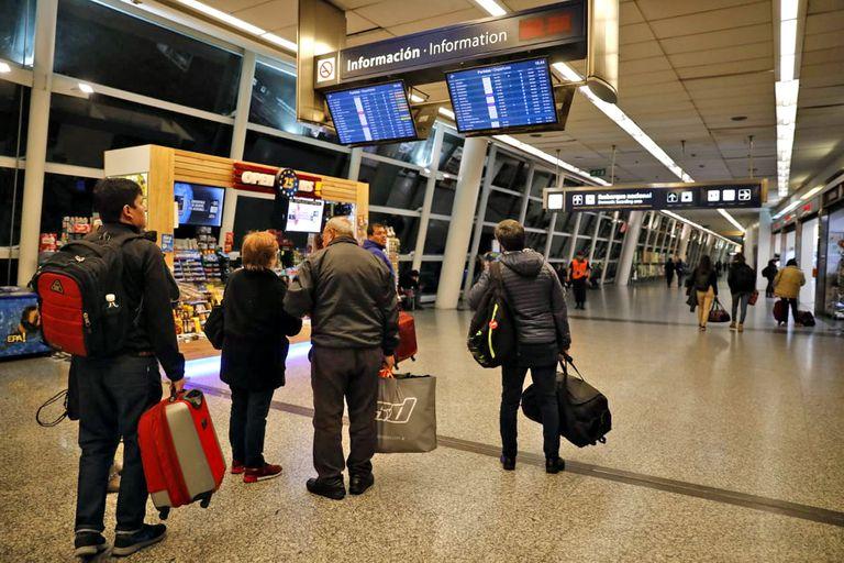 El paro de controladores vuelve a afectar vuelos en Ezeiza y Aeroparque