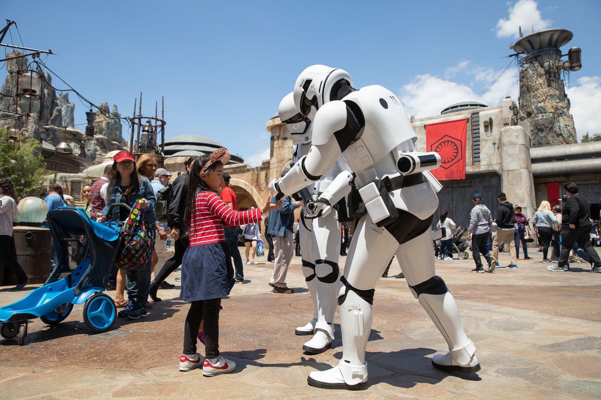 """El esperado espacio dedicado a """"La guerra de las galaxias"""" en el parque californiano se llama Galaxys Edge y cuenta con legiones de Storm Troopers y hasta con un... ¡Halcón Milenario!"""