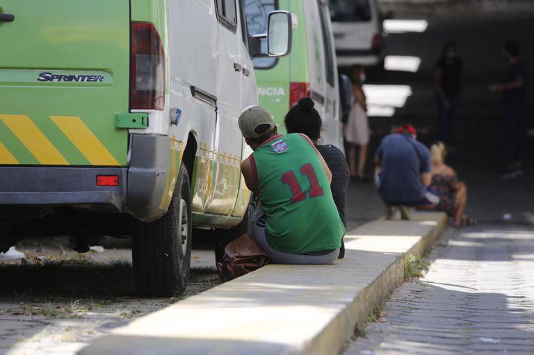 Crecen las filas para testearse en la provincia; en la foto, la espera en el Hospital Rossi de La Plata