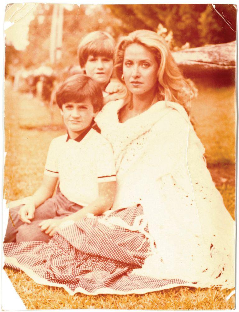 Laurencio Adot en su infancia, con su hermano Mariano, y su madre, Elsa Aztiria de San Martín