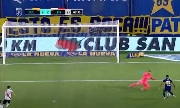Sebastián Villa pica la pelota y convertirá el 2-2 de Boca ante River, en la Bombonera, por la Copa Diego Maradona
