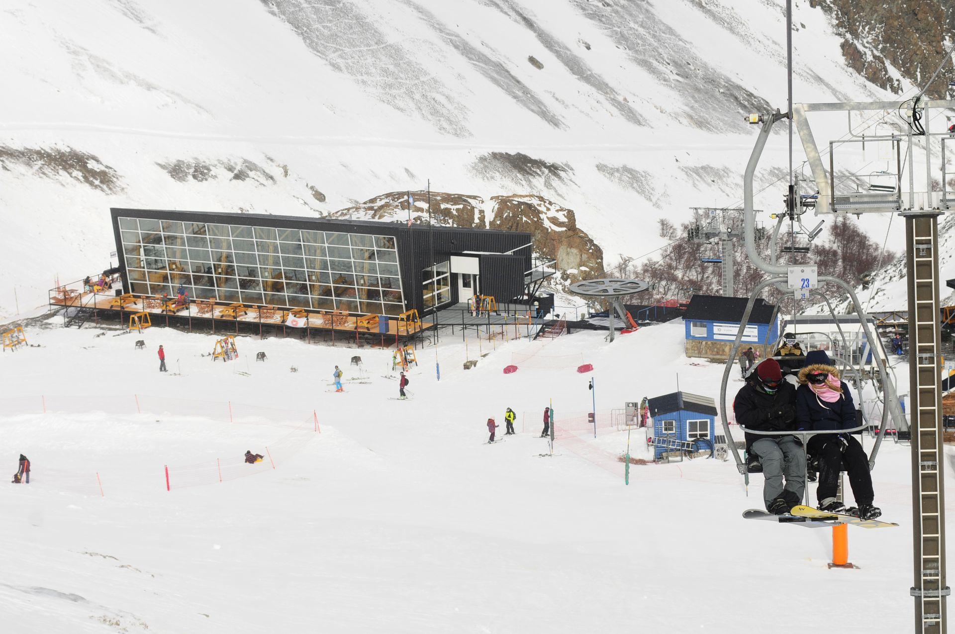 En el Centro de esquí La Hoya, hay pistas para todos los niveles y también pistas de trineos y caminatas con raquetas