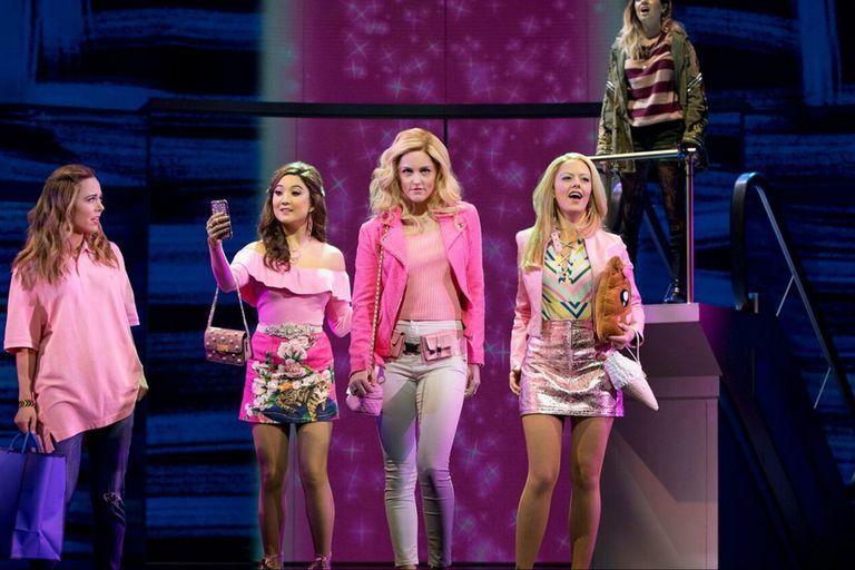 Mean Girls, el éxito de Tina Fey, arrasó con 12 nominaciones a los premios Tony a lo mejor de Broadway; Fey adaptó el guión de la película
