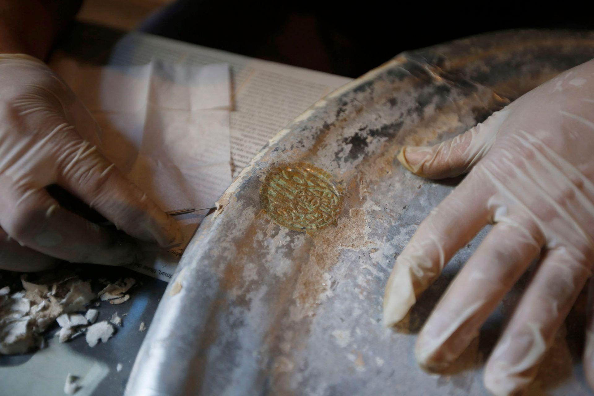 La minuciosa reparación de las piezas