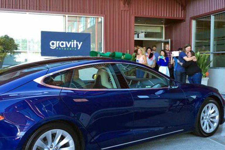 Los empleados le regalaron un auto Tesla al empresario para agradecerle por la forma en que maneja la compañía