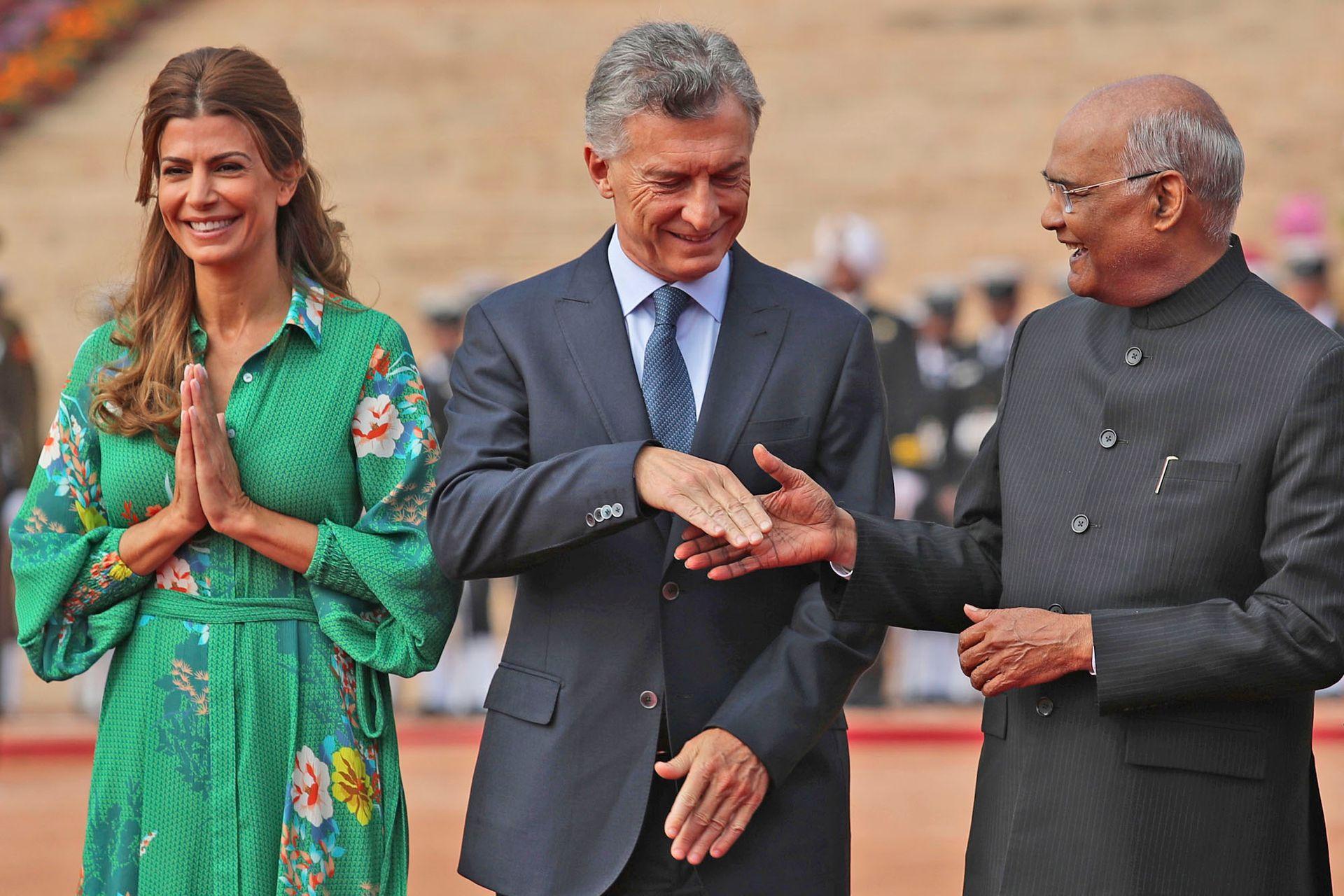 El presidente de la India, Ram Nath Kovind, da la mano a su par argentino, Mauricio Macri