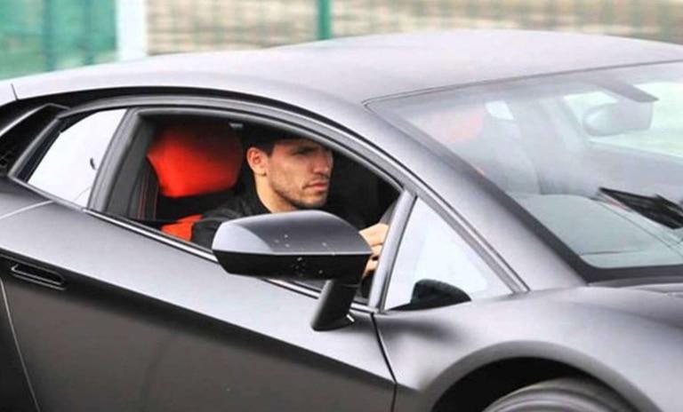 El Kun en su Lamborghini