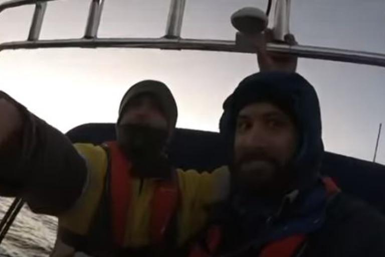 Dos hermanos pescadores filmaron el ataque de un tiburón de 4 metros de largo, cuando navegaban en la costa de una isla australiana