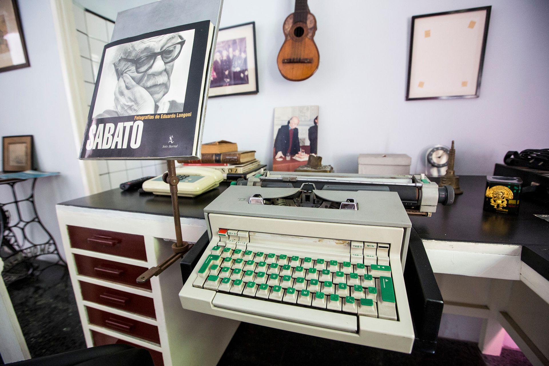 Un escritorio con otra máquina de escribir