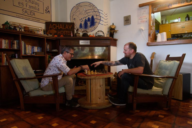 En Bariloche, el hostel Achalay se reinventa como residencia por la ausencia de turismo