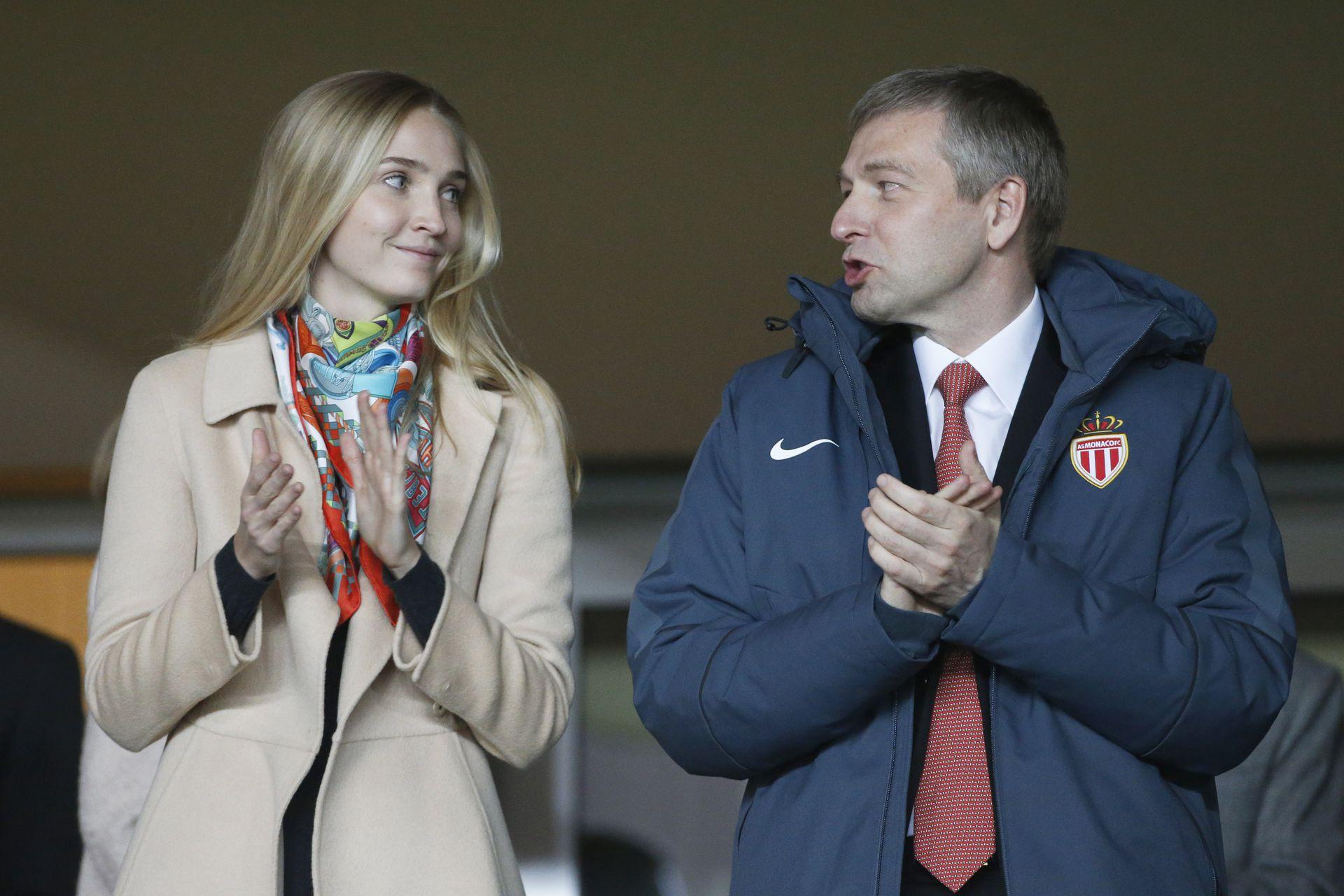El magnate ruso Dimitry Rybolovlev, presidente del club AS Mónaco, club de fútbol del principado, junto a su hija Ekaterina. La imagen fue tomada durante un partido del equipo monegasco. Fue Dimitry quien le regaló Skorpios a Ekaterina.