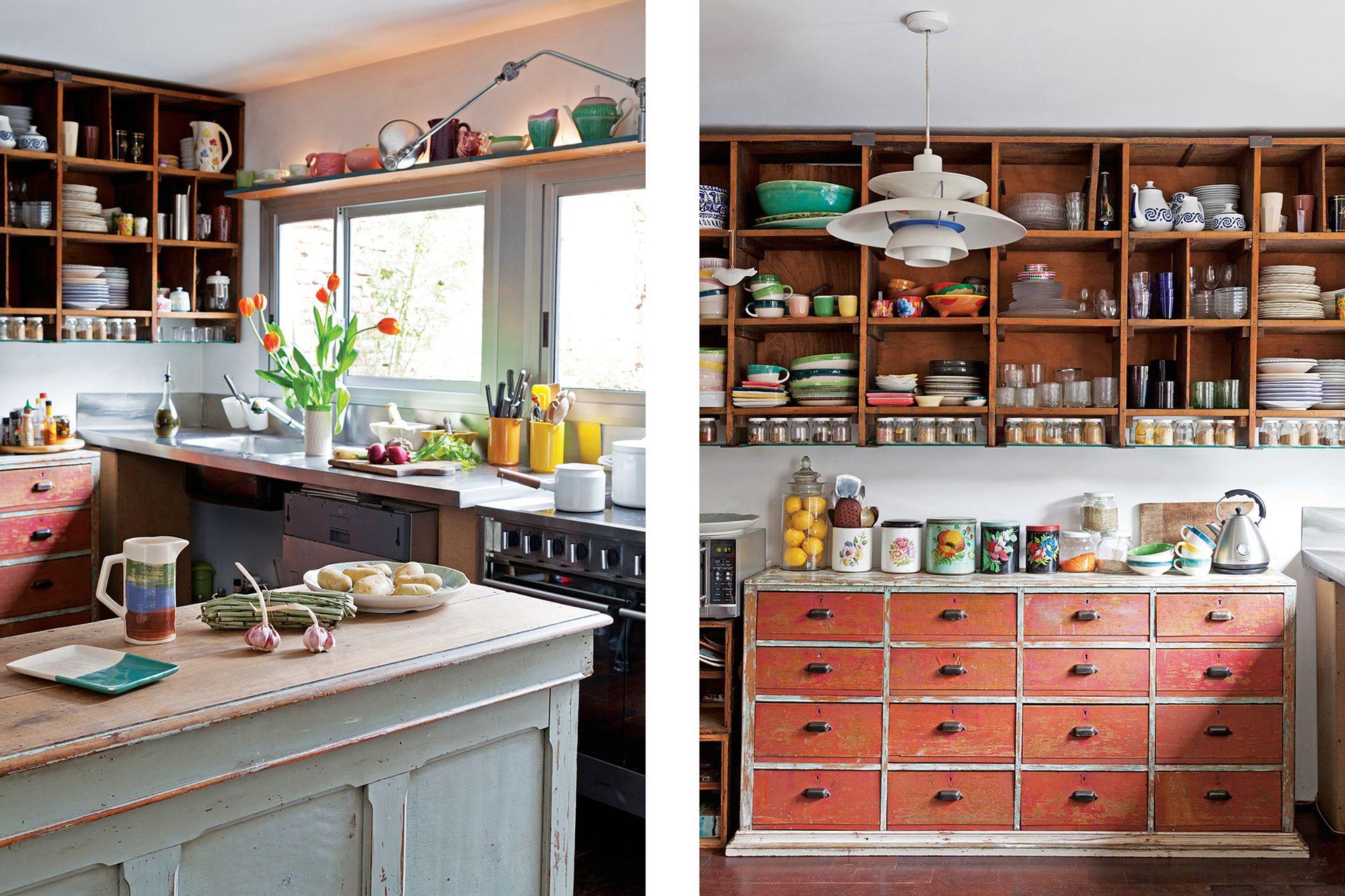 Los paños de las ventanas de la cocina, igual que las del resto de la casa guardan la proporción de 1/3 y 2/3. La repisa retroiluminada destaca parte de la colección de vajilla.
