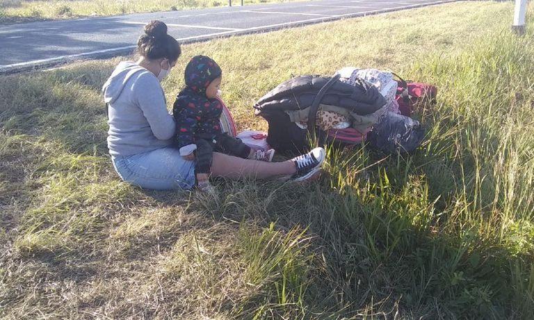 Una madre adolescente con su bebé, esperando para ver si la dejan entrar a Mansilla, el principal acceso a Formosa por ruta nacional 11.