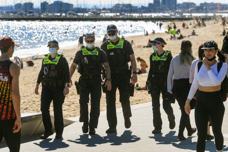 La policía patrulla la playa de Melbourne