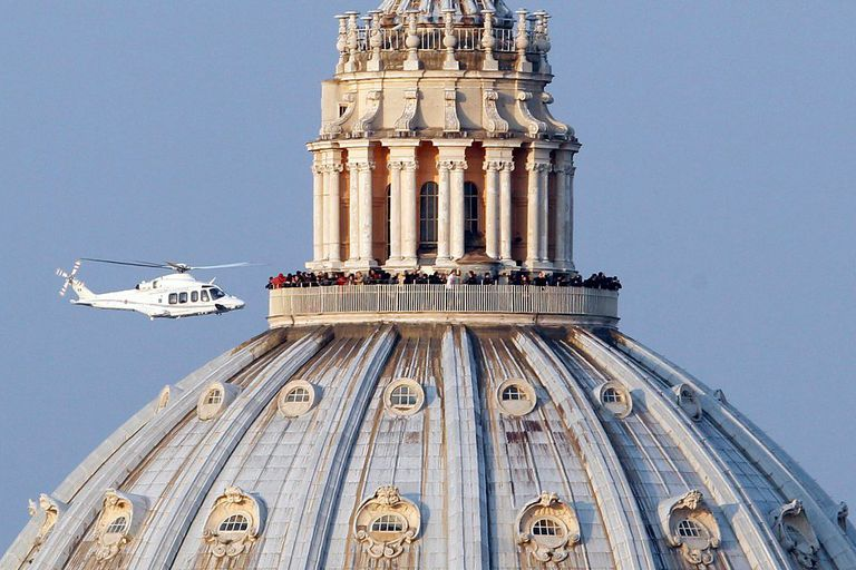 Una imagen de ayer que quedará en la historia: Benedicto XVI sobrevuela San Pedro por última vez como Papa