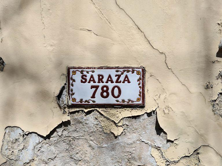 La calle que atraviesa barrios del oeste recibió el nombre en 1904. El primer Saraza que arribó al Río de la Plata lo hizo en 1757.