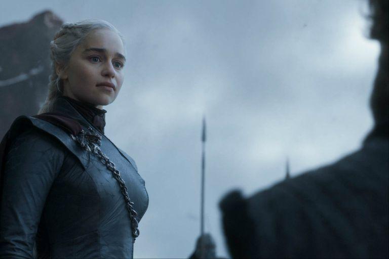 Daenerys Targaryen (Emilia Clarke) conquista el Trono de Hierro pero, fiel a la visión que tuvo en su juventud, nunca llega a sentarse en él antes de que sea destruido