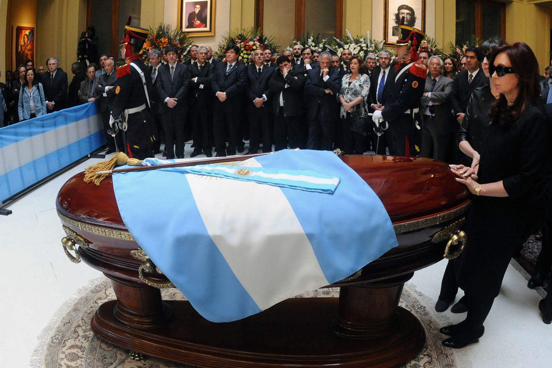 La presidenta Cristina Kirchner se despide de su marido, Néstor Kirchner