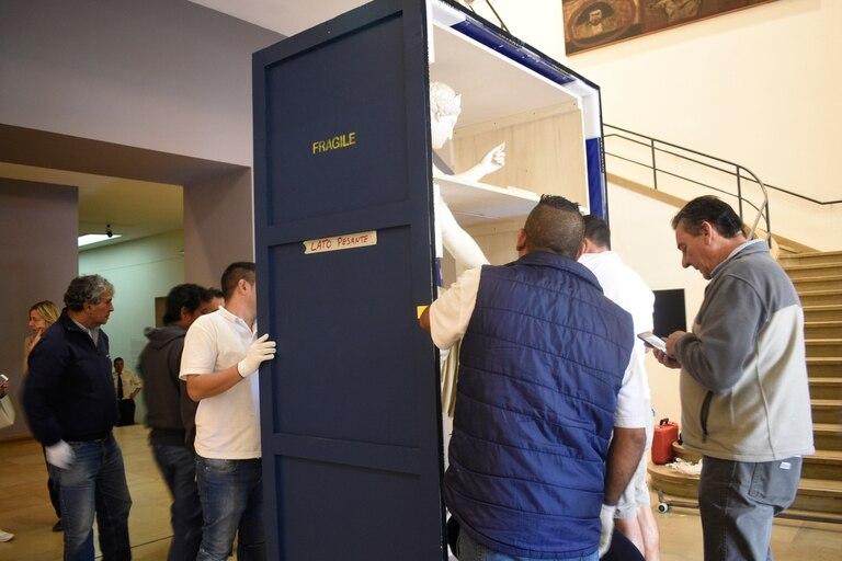"""Un """"comisario"""" del Museo Arqueológico de Nápoles controla el procedimiento."""