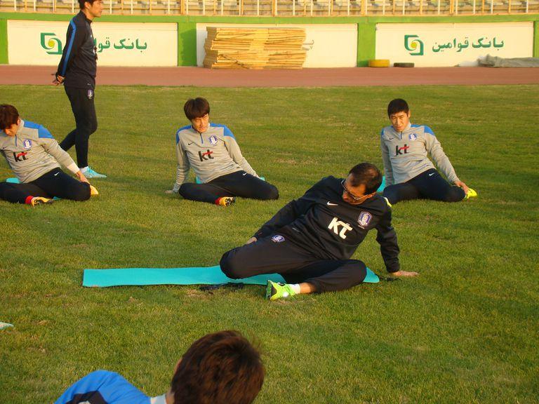 Un rato antes de empezar los ejercicios tácticos, los jugadores de la selección surcoreana de fútbol hacen el calentamiento