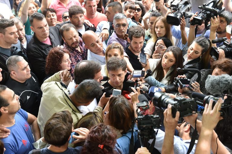 Kicillof, rodeado de gente a la salida de su lugar de votación, en Pilar