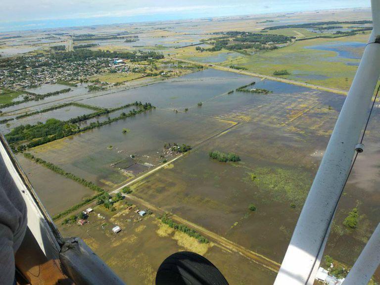 Una imagen aérea de una inundación en la localidad de Dolores, Buenos Aires. El sistema desarrollado por el equipo Zonda Incorporated ganó la final de su categoría en el certamen Space Apps Challenge 2020 de la NASA con una plataforma satelital que busca analizar el impacto y prevenir los desastres naturales en América latina