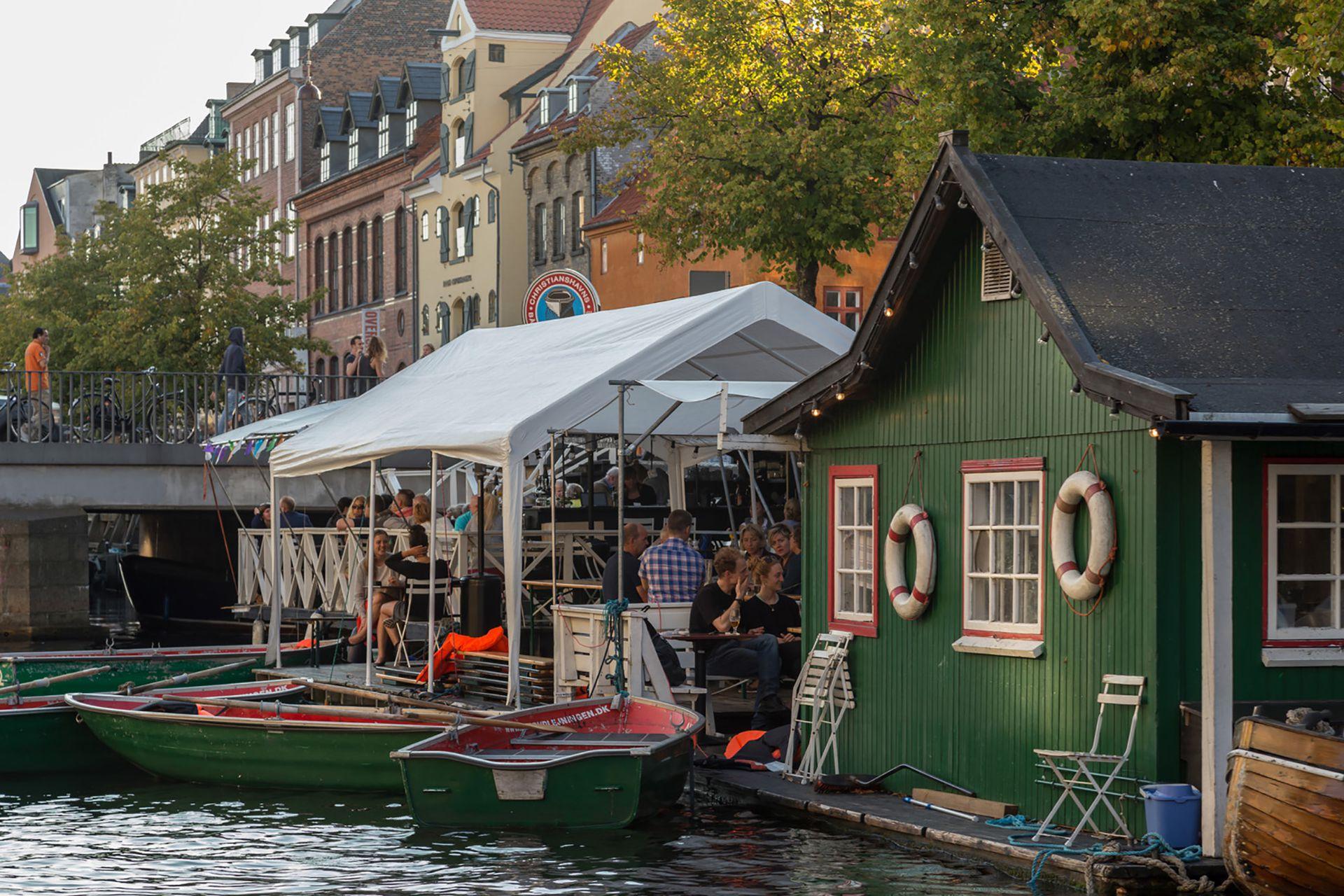 Amo mi barrio, Christianshavn, porque tiene una atmósfera única dentro de la ciudad. Técnicamente, forma parte del Centro, pero como está al otro lado del río, es menos turístico y se siente como algo independiente.