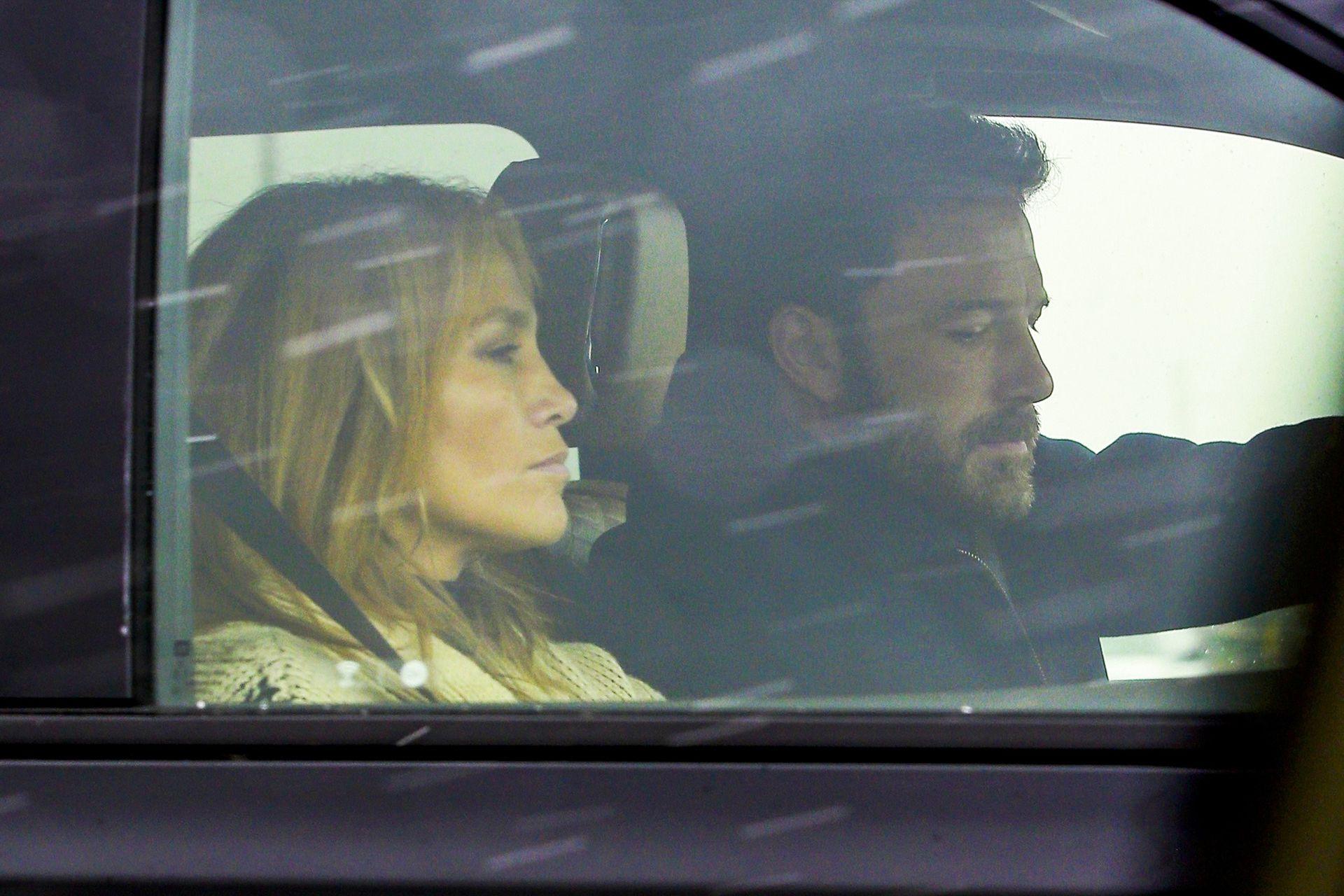 Ben Affleck y Jennifer Lopez fueron fotografiados juntos yendo al aeropuerto en Montana