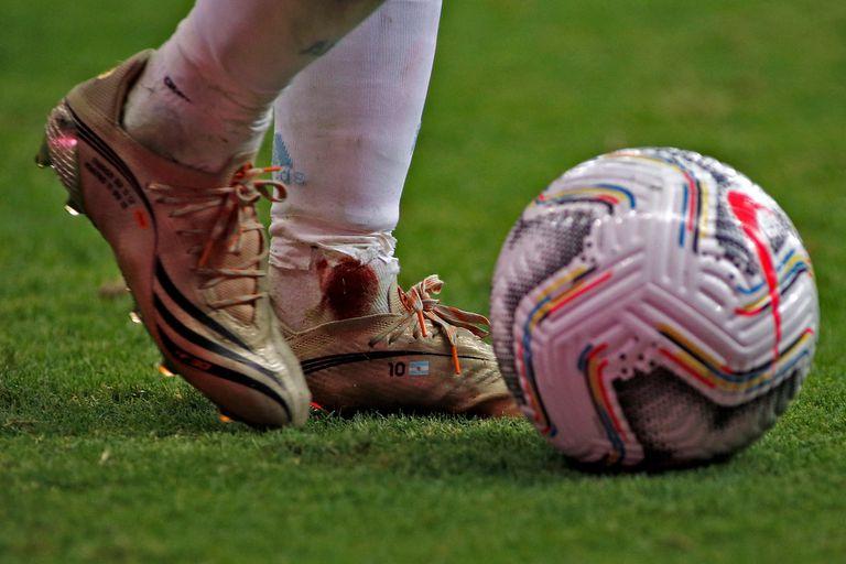 Sangre en el tobillo de Lionel Messi, después del planchazo de Frank Fabra.