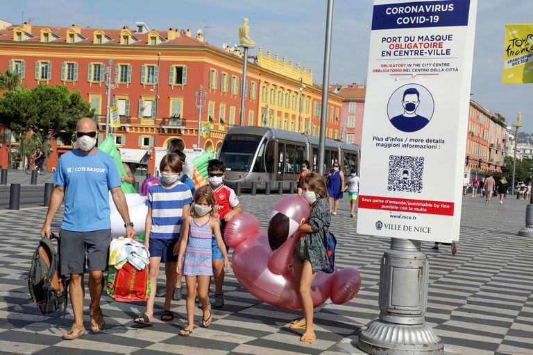 Francia aumentará gradualmente los controles policiales para asegurar que las personas usen tapabocas