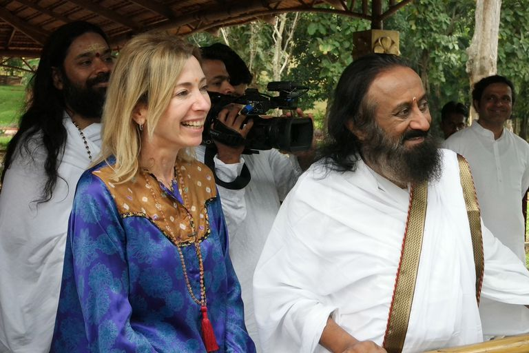 En India, Gaby Herbstein y Sri Sri Ravi Shankar, uno de los líderes espirituales más reconocidos del mundo