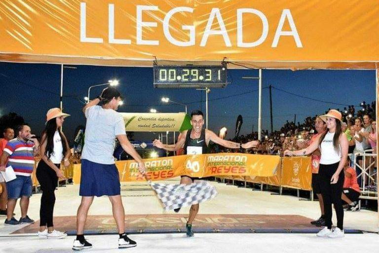 Julián Molina al ganar la Maratón Internacional de Reyes de Concordia