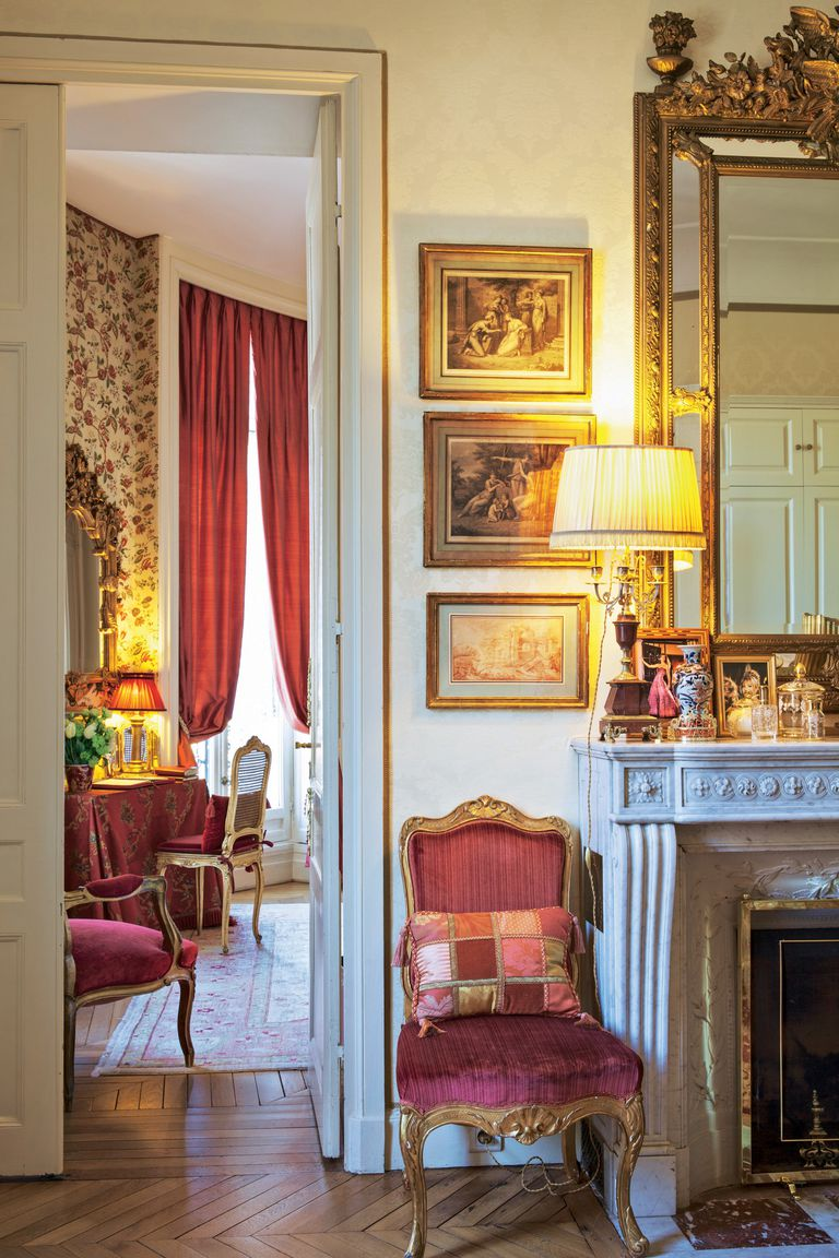 """""""Aunque hubiera sido fácil contratar un decorador, decidí hacerlo a mi manera, porque quería una casa que tuviera mi espíritu"""", cuenta Della Giovampaola. Tras la puerta, su dormitorio"""