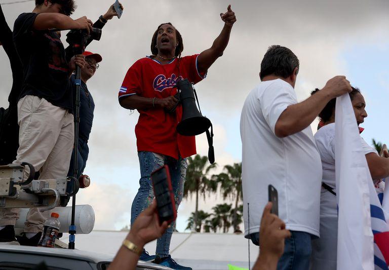 """Yotuel Romero encabezó las protestas en Miami al ritmo de """"Patria y vida"""""""