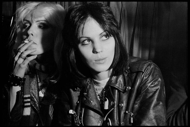 """""""Esta fue tomada en la casa rodante que usábamos para salir de gira con Blondie. Fue la primera vez que conocimos a las Runaways. La foto la hice después de un show en el Rathskeller, un lugar legendario para tocar que hubo en Boston entre 1974 y 1997. Debbie y Joan Jett recién se habían conocido cuando las fotografié. Las Runaways eran todas chicas adolescentes entonces""""."""