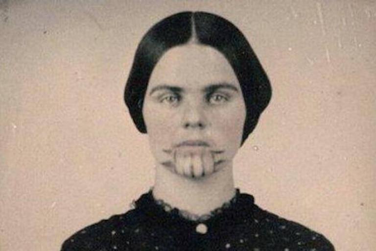 La mujer marcada: la raptó una tribu, conoció el infierno y vivió para contarlo