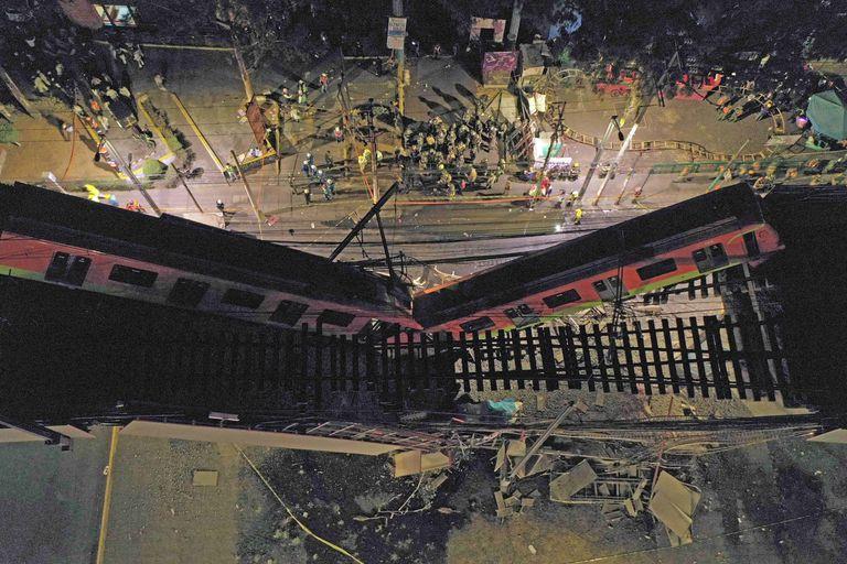 Vista aérea del tren desplomado sobre la calle