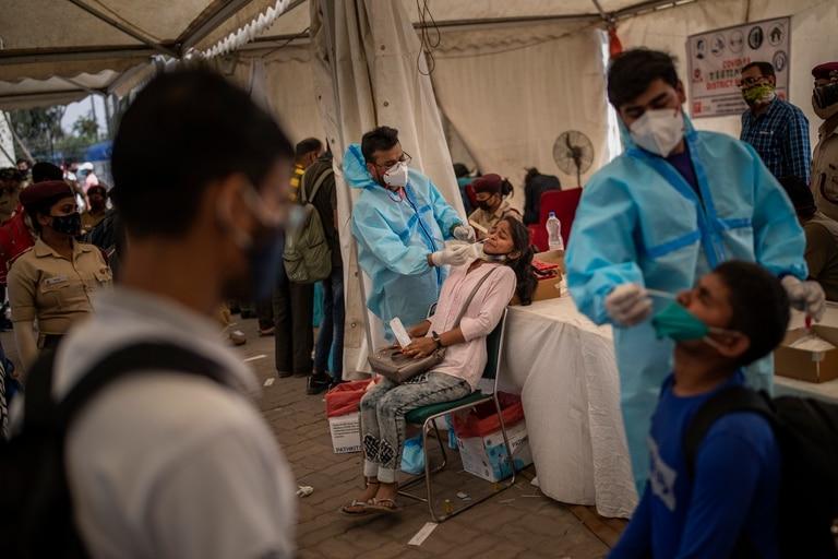 Testeos de coronavirus en una terminal de ómnibus de Nueva Delhi, la capital de la India