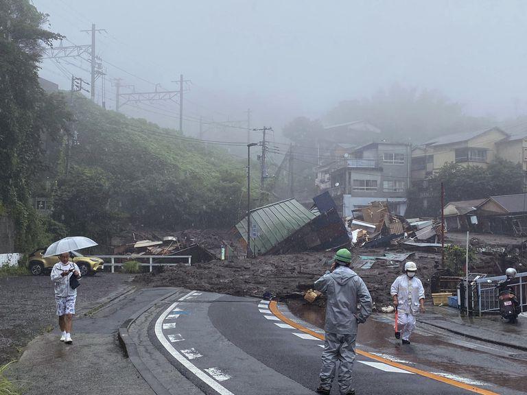 En esta imagen, tomada y proporcionada por Satoru Watanabe, una carretera, cubierta de lodo y escombros tras las fuertes lluvias registradas en la ciudad de Atami, en la prefectura de Shizuoka, Japón, el 3 de julio de 2021. (Satoru Watanabe vía AP)