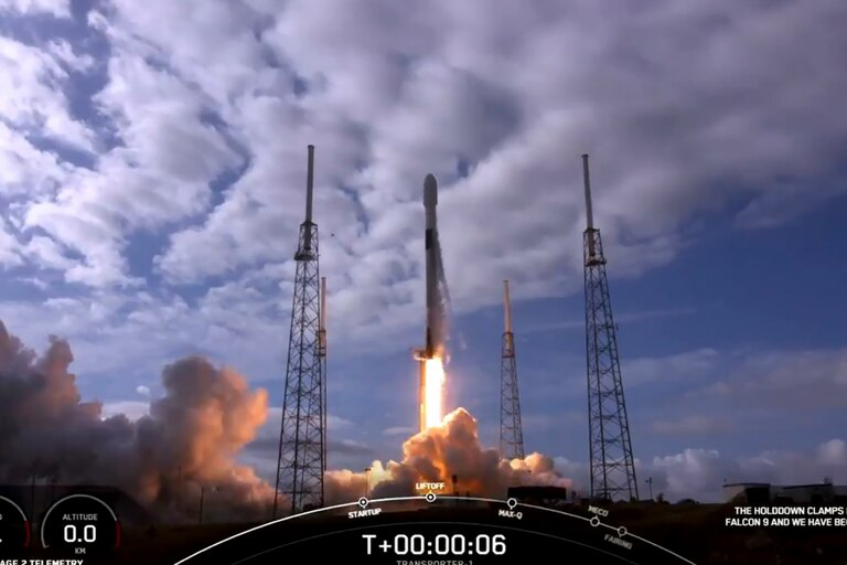 Esta imagen de captura de fotogramas de video de Spacex obtenida el 24 de enero de 2021 muestra el despegue del Spacex Falcon 9 en Cabo Cañaveral, Florida