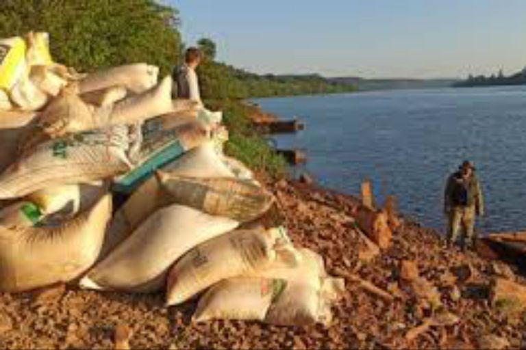 Un efectivo de Prefectura en una incautación de soja a punto de ser enviada en embarcaciones a Brasil. Se carga en bolsas de arpillera